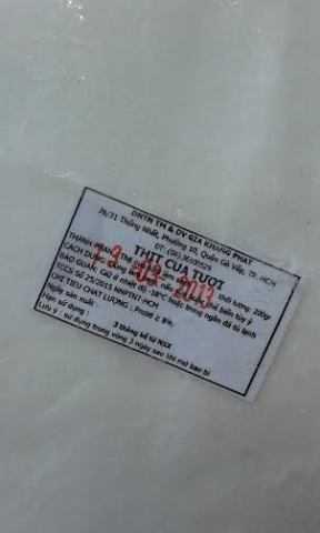 Mẫu tem cũ của nhà cung cấp thịt cua được đóng dấu hạn sử dụng thủ công.
