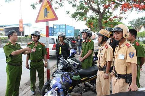 Đại tá Lê Hồng Thắng chỉ đạo tuần tra đấu tranh với tội phạm trên QL5.