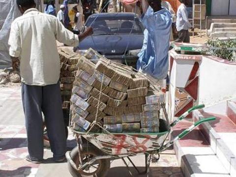 Người dân Zimbabwe chở tiền bằng xe cút kít đi chợ. Ảnh: Palpa India