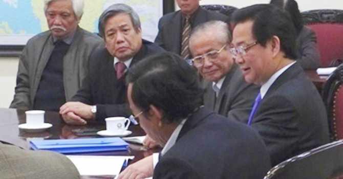 Từ phải sang: Thủ tướng Nguyễn Tấn Dũng trao đổi với các đại diện Hội Khoa học lịch sử VN là GS Phan Huy Lê, GS.TSKH Vũ Minh Giang, nhà sử học Dương Trung Quốc. Ảnh: Chung Hoàng