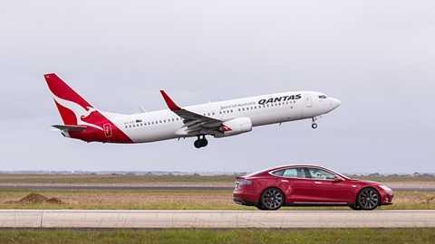 Màn đối đầu về tốc độ nằm trong kế hoạch quảng bá sự hợp tác giữa Hãng xe điện Tesla và hãng hàng không Qantas