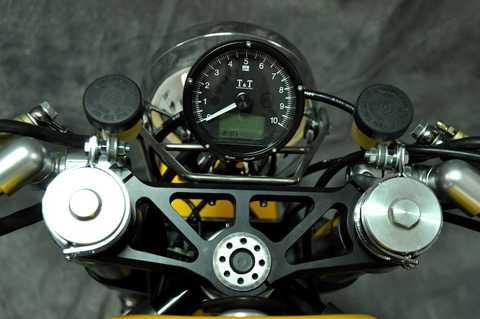 Một đồng hồ TT cung cấp tất cả các thông   tin quan trọng nhất về tình trạng hoạt động của xe, nằm ngay trên chảng   3 CNC chính xác từ hãng SP và cặp tay clip-on XTR.