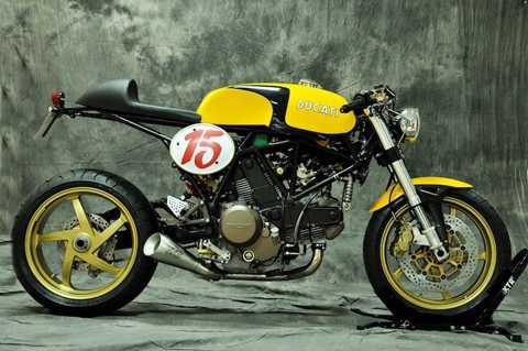 Bộ khung thép nguyên bản của 750 SSie đã   được Pepo sửa đổi lại, trước khi lắp lên trên bình xăng lớn do anh   thiết kế với kiểu dáng dài, đúng phong cách cafe racer kèm nắp xăng   Monza. Toàn bộ thân xe đã được anh sơn kết hợp giữa 2 màu vàng-trắng nổi   bật.
