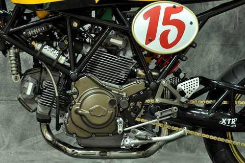 Khối động cơ 750 cc L-Twin nguyên bản   của chiếc xe cũng không được Pepo bỏ qua, khi anh đã thay bộ côn độ   Frentubo, lọc gió xe đua DNA, cam hiệu năng cao, các cửa nạp xả xú-páp   nới rộng và bơm xăng công suất cao. Ngay phía sau động cơ là dàn để chân   CNC của SP.