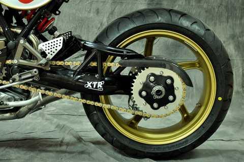 Sức mạnh động cơ được truyền xuống bánh sau thông qua xích vàng Tsubaki, chạy xuyên qua bộ gắp đơn của Ducati Monster S4R.