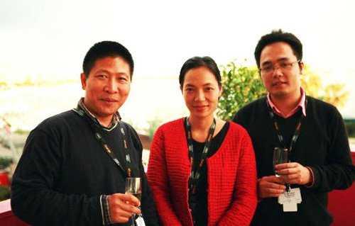 Đạo diễn Nguyễn Hoàng Điệp (giữa) trong lần đầu đến LHP Cannes 2009