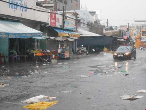 Đoạn trước cổng chợ Hiệp Phú (đường Lê Văn Việt, Q.9) ngập đầy rác sau mưa. ẢNH: THANH TUYỀN