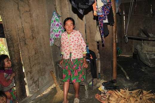 Bà Chủ khóc rưng rức khi kể về những đau đớn mà cháu Lúa chịu đựng hơn 10 năm qua.