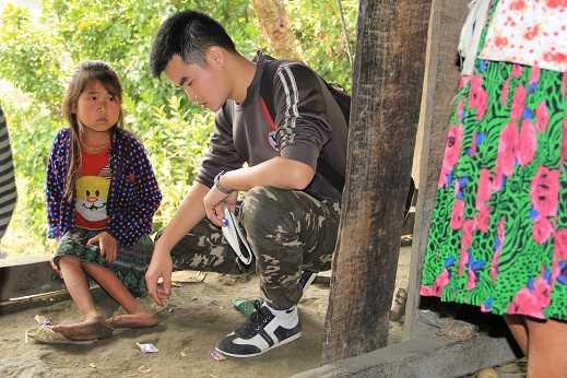 Khối u khiến chân Lúa teo lại, hơn 10 năm qua, chưa một lần cô bé được đến trường vì không dám bò xuống con dốc dựng đứng trước nhà.