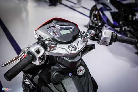 Đồng hồ hiển thị không thay đổi so với phiên bản gốc, nhưng tay lái, tay phanh đều được thay thế theo phong cách xe đua.