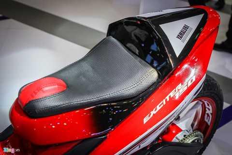 Yên xe thiết kế mới, phối màu đen đỏ như   tổng thể. Phía cuối yên xe tạo kiểu dáng như một số dòng xe đua hoặc   những chiếc cafe racer.