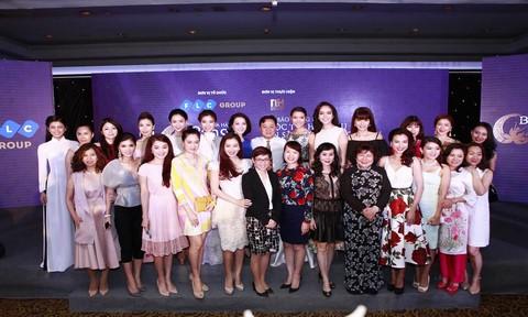 Ban tổ chức và các người đẹp chụp ảnh lưu niệm sau Họp báo