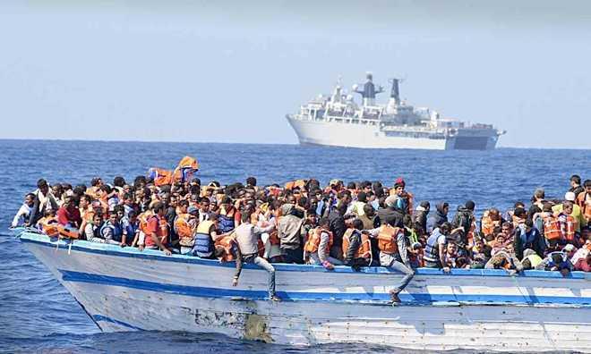Hàng trăm người di cư chen chúc trên một thuyền nhỏ ở ngoài khơi Libya