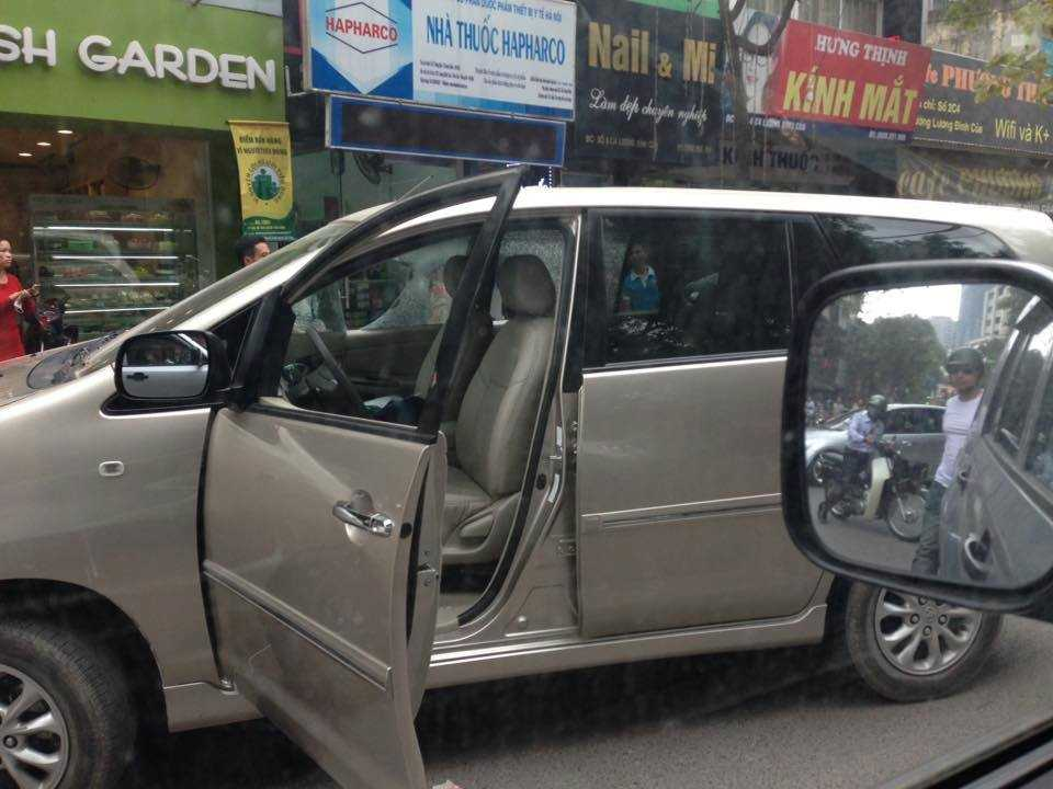 Chiếc xe gây tai nạn bị dân giữ lại và đập vỡ gương. Ảnh Facebook