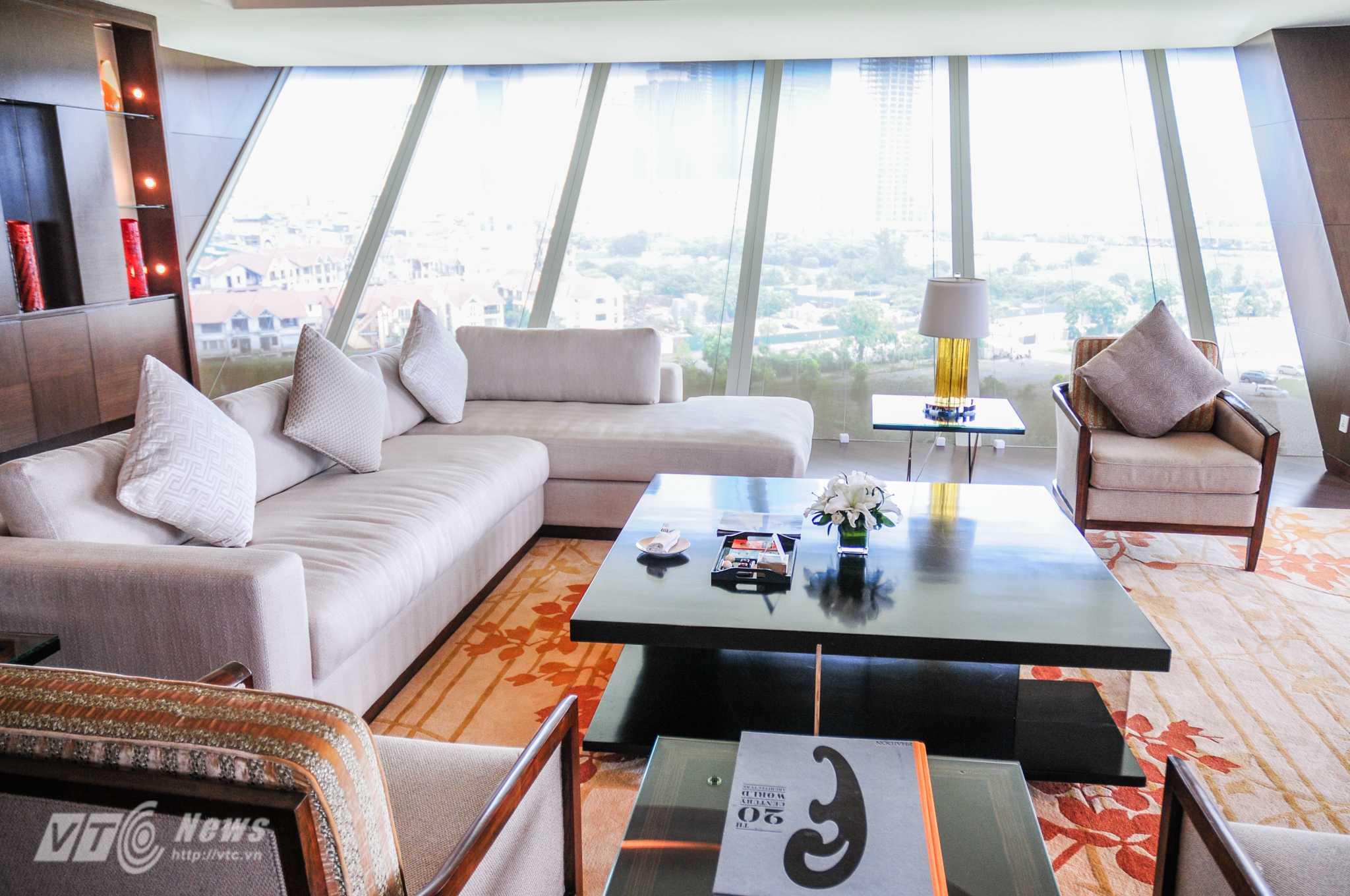 Căn phòng có 3 phía nhìn ra bên ngoài, có thể quan sát nhiều công trình lớn xung quanh khách sạn như Trung tâm Hội nghị Quốc gia - Ảnh: Tùng Đinh
