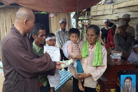 Gia đình anh Minh nhận tiền của nhà hảo tâm trong đám tang - Ảnh : PNA
