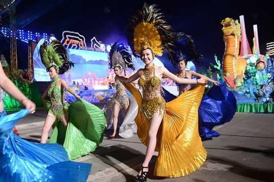 Dịp nghỉ lễ 10/3 cũng sát với thời điểm diễn ra các sự kiện lễ hội lớn tại nhiều vùng như Quảng Ninh, Đà Nẵng, Đà Lạt nên các tour đến địa điểm này rất hút khách. Trong đó, nhiều khách đặt tour đi Hạ Long vì gần sát đến Carnaval 2016 (diễn ra vào ngày 29/4). Giá tour Hà Nội - Hạ Long (2 ngày 1 đêm) dao động ở mức 900.000 đồng - 1 triệu đồng/người. Ảnh minh họa.
