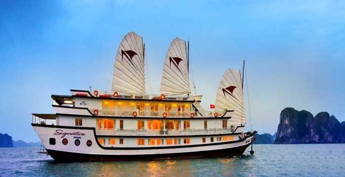 Tour du thuyền - ngủ đêm trên vịnh Hạ Long giá từ 2,8 triệu đồng/người. Ảnh minh họa.