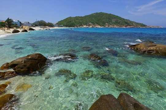Đảo Bình Ba đang là điểm đến mới lạ cho du khách Việt. Hành trình khám phá hòn đảo này trong 3 ngày 3 đêm (khởi hành từ TP HCM) có giá từ 1,7 triệu đồng/người (cộng thêm phụ phí khoảng 500.000 đồng/người vào dịp nghỉ lễ).