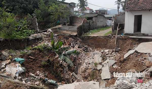 """""""Hố tử thần"""" đã gây sụt lún nhà cửa, đường đi và khiến nhiều hộ dân ở đây phải sơ tán"""