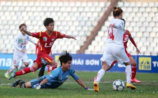 Thủ môn Tp HCM II Đoàn Thị Ngọc Phượng (áo xanh) đã có một trận đấu vất vả trước đối thủ Hà Nội I