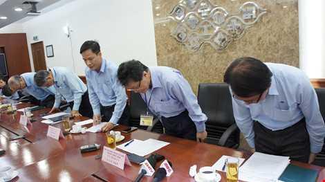 Ban lãnh đạo công ty Formosa cúi đầu xin lỗi - Ảnh: Pháp luật TP.HCM