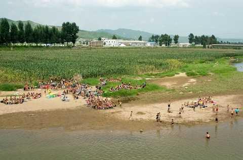 Vào buổi chiều, những đứa trẻ sau khi đã hoàn thành các công việc của mình và đi tắm sông