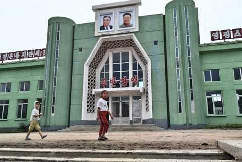 Tại nhà ga của Triều Tiên, bức hình chân dung của các nhà lãnh đạo nước này được treo một cách trang nghiêm ngay tại cổng chính