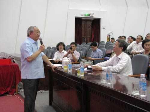 GS Trần Văn Nhung phát biểu tại buổi tập huấn.