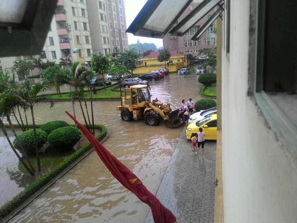 Tại chung cư Handi Resco (Lê Văn Lương, quận Thanh Xuân), bạn Tuấn Nguyễn chia sẻ hình ảnh chiếc máy xúc được huy động để trung chuyển đưa trẻ em, người lớn vượt qua khoảng sân ngập.