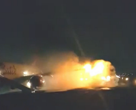Chiếc máy bay bốc cháy ngùn ngụt sau va chạm.