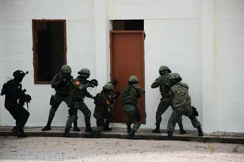 Đặc công VN bắt đầu tấn công khủng bố trong tòa nhà