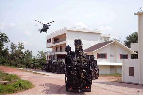 Trực thăng và xe thang chuyên dụng chở đặc nhiệm tấn công mục tiêu
