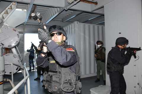 Đặc nhiệm các nước ADMM+ tiếp cận khu vực có khủng bố trên tàu mục tiêu