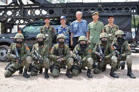 Đặc công Việt Nam chụp ảnh lưu niệm với Bộ trưởng QP Singapore Ng Eng Heng (đứng giữa)