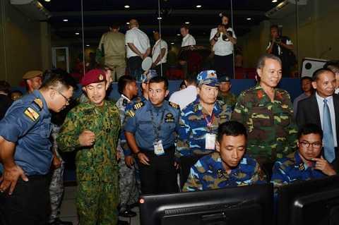 Tư lệnh Quốc phòng Brunei - đại sứ Việt Nam tại Brunei, tùy viên QP tại Brunei và trưởng đoàn Việt Nam Lê Xuân Thủy thăm và kiểm tra công tác chuẩn bị của đoàn Việt Nam tại Trung tâm chỉ huy ở Brunei