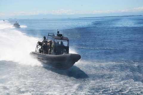 Xuồng cao tốc chở lực lượng đặc nhiệm tiếp cận tàu có khủng bố