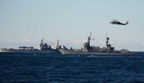 Máy bay trực thăng theo dõi mọi diễn biến hành trình trên biển