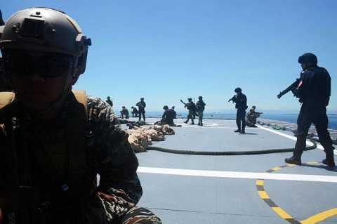 Bắt giữ nhóm khủng bố (giả định) trên tàu