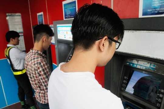 Thẻ ATM chủ yếu được dùng để rút tiền mặt. Ảnh: Hoàng Triều