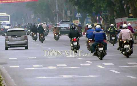 """Mặc dù có biển phân làn đường rất rõ ràng nhưng xe máy vẫn lấn làn đường ô tô bằng chiêu """"xi-nhan trái"""" - Ảnh Dân Việt"""
