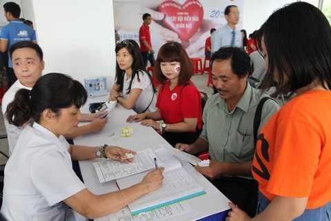 Các tình nguyện viên đăng ký hiến máu nhân đạo