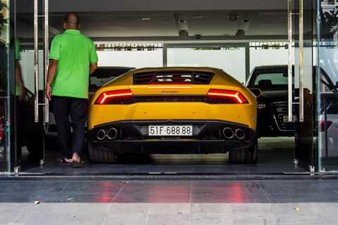 Lamborghini Huracan nằm trong garage   tại nhà riêng của Cường Đô La, bên cạnh những chiếc xe sang như Audi   A8L hay Mercedes S500L. Từ 4 năm nay, garage của anh
