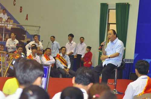 Thủ tướng ngồi trên ghế xoay đối thoại với công nhân - Nguồn ảnh: Vietnamnet