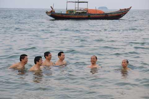 Các lãnh đạo Sở Tài nguyên và Môi trường tắm biển lúc chiều 30/4 - Nguồn ảnh: Công an TP.HCM