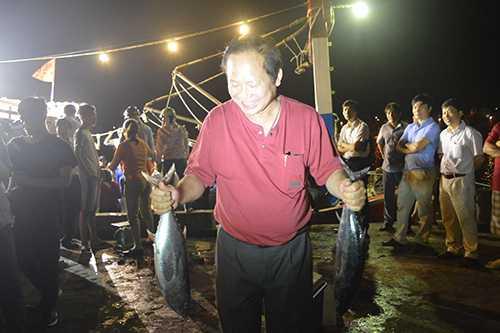 Bộ trưởng Trương Minh Tuấn mua cá ăn tại cảng. Nguồn ảnh: VnExpress