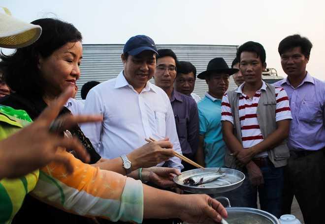 Chủ tịch UBND TP Đà Nẵng (áo trắng) xuống âu thuyền ăn cá cùng với ngư dân - Nguồn ảnh: Zing
