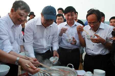 Ông Huỳnh Đức Thơ (đội mũ) yêu cầu cán bộ Đà Nẵng phải ăn cá để làm gương cho người dân và du khách an tâm - Nguồn ảnh: Vietnamnet