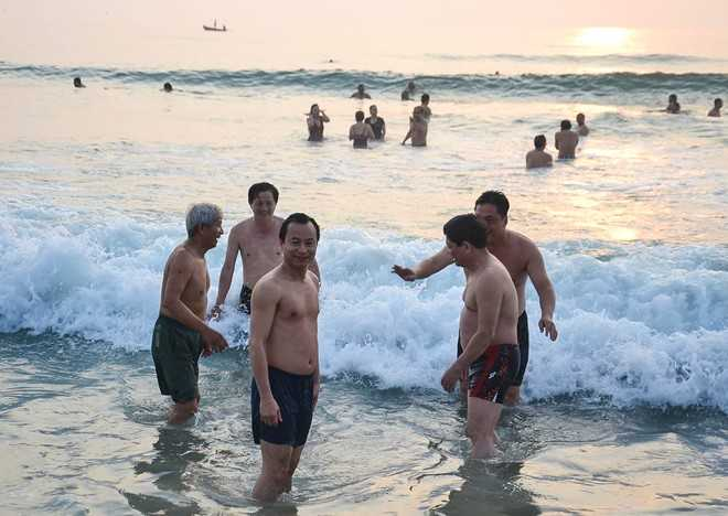 Ông Nguyễn Xuân Anh cùng lãnh đạo Đà Nẵng xuống biển tắm sáng 1/5. Nguồn ảnh: Zing