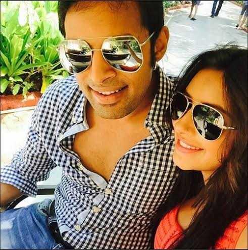 Đây là hình ảnh cuối cùng được đăng tải trên Insta của Pratyusha trước khi cô giã từ trần thế. Bức ảnh được chụp khi cô và bạn trai đang tham gia show truyền hình thực 'The power of couples'. Cô viết: 'Bức ảnh cuối cùng trước khi chúng tôi bước vào ngôi nhà của cặp đôi quyền lực. Mong rằng tôi và Rahul sẽ may mắn. Yêu các bạn rất nhiều!'
